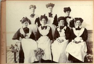 Group_of_Edwardian_maids-_Herne_Bay,_1907_(7054650803)